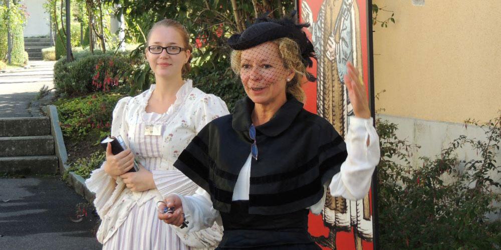 Charmante Zeitreisende erläutern die über 600-jährige Gartenkultur auf dem Arenenberg