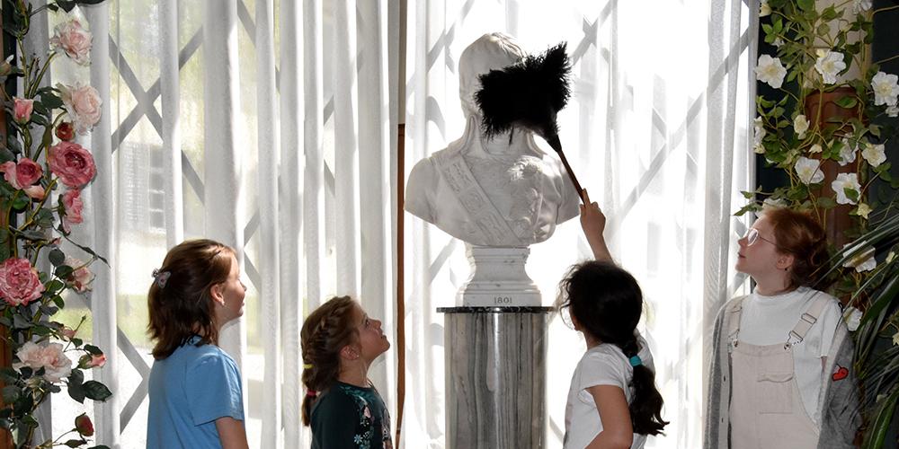 Bildlegende: Kinder schlüpfen in die Rolle der Dienerschaft auf Schloss Arenenberg